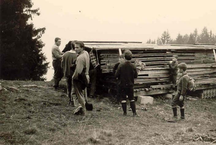 Bauteile für die Hütte 1956